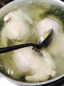 1羽2kgから取れるのは6皿分(骨を除き120g)だけ。火加減と茹で時間が重要です。